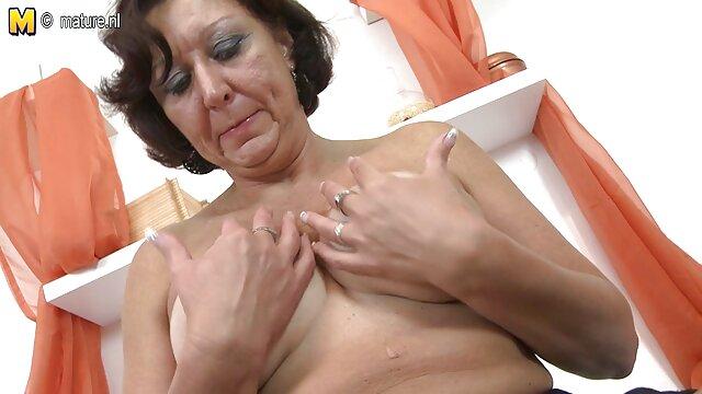 Una giovane bruna videoporno gratis hd Angelina amore, sorella in stretto anale con un