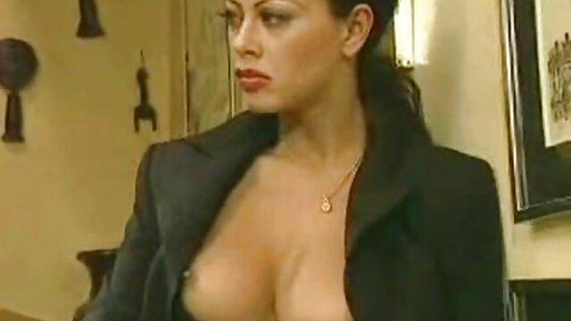 Appassionato filme erotice fara intrerupere sexy lesbiche delicatamente cazzo a vicenda con un dildo